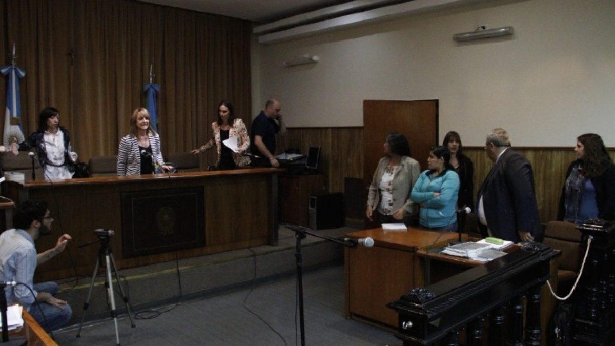 reina-maraz-vestida-de-azul-con-su-abogado-defensor-y-su-interprete-en-la-tribunal-en-noviembre-2014-credito-agencia-andar