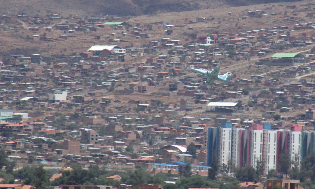Avión caza sobrevuela Cochabamba